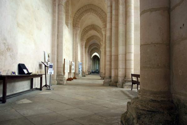 De binnenkant van de adbijkerk van Pontigny in