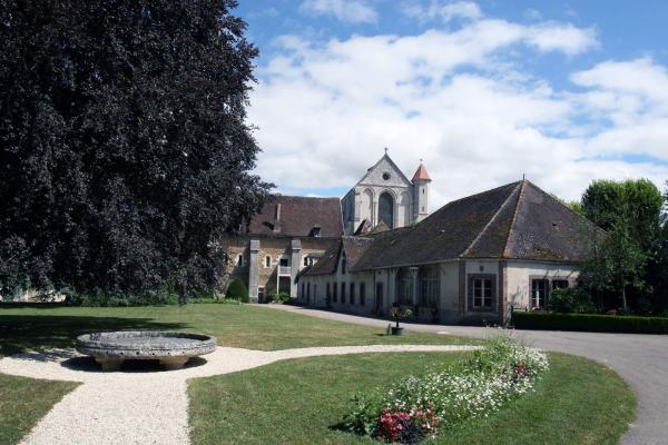 De bijgebouwen van het klooster van Pontigny in Bourgondie in Frankrijk
