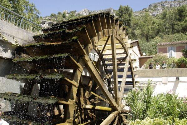 Het waterrad van de papiermolen in Sorgue-Fontaine-de-Vaucluse