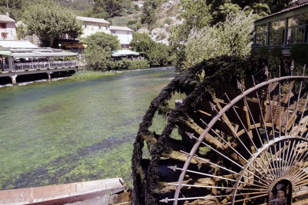 Waterrad in de rivier Sorgue in Fontaine-de-Vaucluse in de Provence Frankrijk