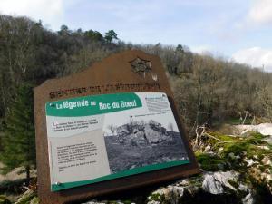 Uitleg met van de Roc du Boeuf bij het kasteel van Rochechouart