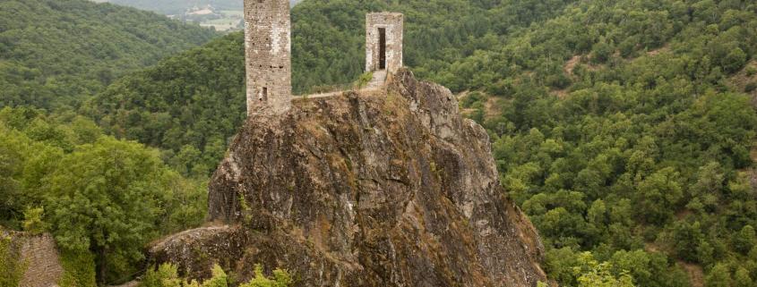 De twee torens van Roc-de-Thaluc verdedigde ooit de stad Peyrusse le Roc