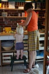 Bager fransk citrontærte med Karla i det opgraderede køkken . Opgradret til madværksted.