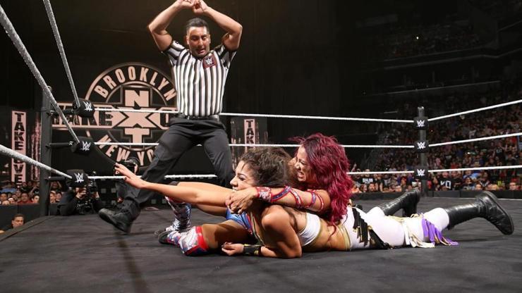 Bayley y Sasha Banks en un combate inolvidable.