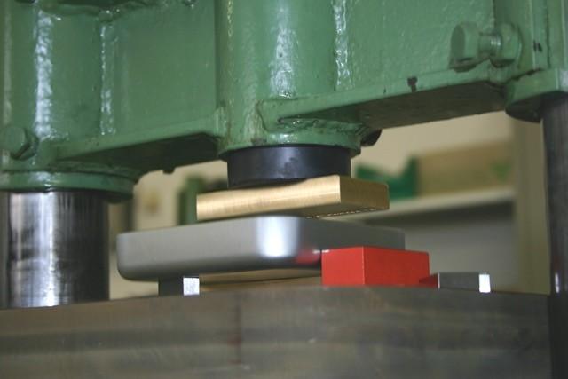 Metalldosen prägen lassen