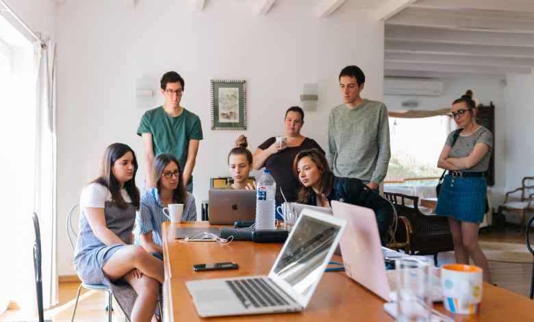 Mladi v pisarni