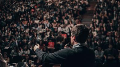 Javna debata v dvorani.
