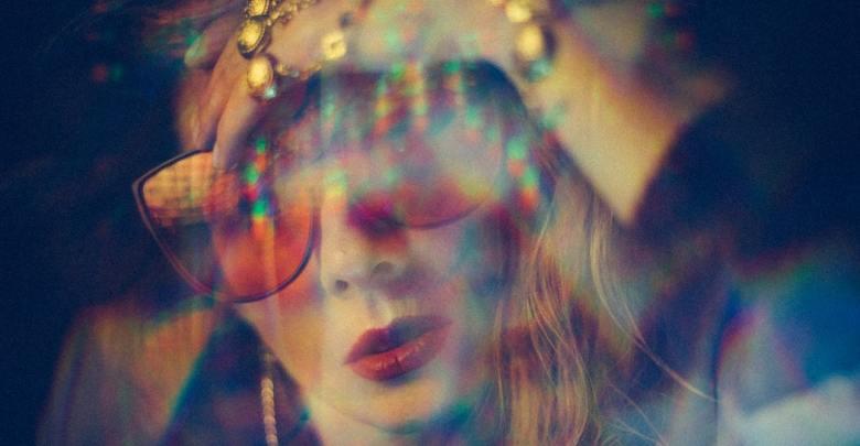 Sončna očala in rdeča šminka