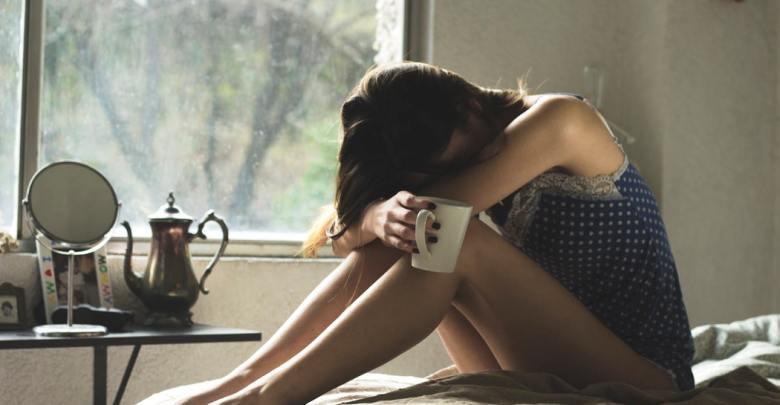 S skodelico kave na postelji