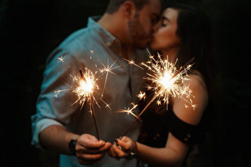 Novoletni večer, novo leto, peto kolo, praznovanje novega leta, poljub ob polnoči, prijatelji, selfie