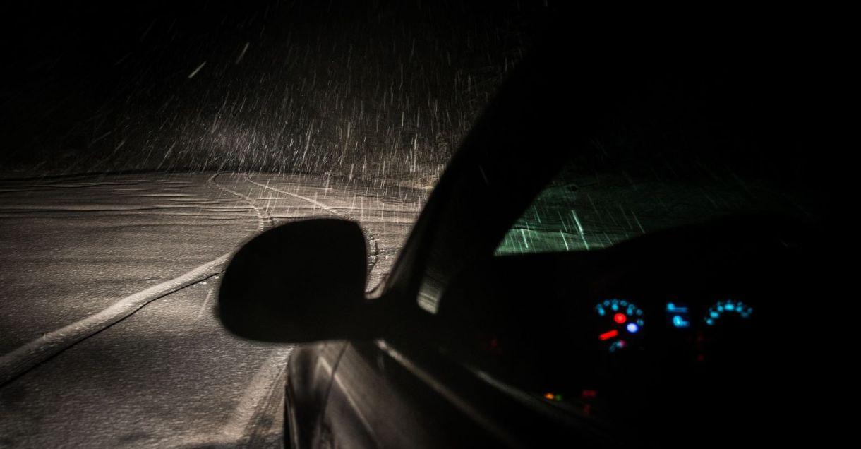 sneg, sneženje, avto, avtomobil, prometne razmere, izredne prometne razmere, slabe prometne razmere, voziti v snegu, čas zaviranja, varnostna razdalja, led,