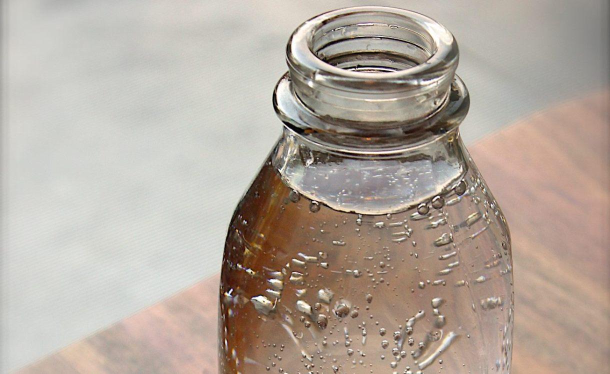 plastenke, plastenka, steklenice za vodo, steklenice, steklenica, plastika, globalno segrevanje, okolje, bisfenol a, bpa, na faks, mikroplastika, mikroplastični delci, BPS, BPF, BPA free, bakterije, steklo, recikliranje, skrb za okolje, podnebne spremembe