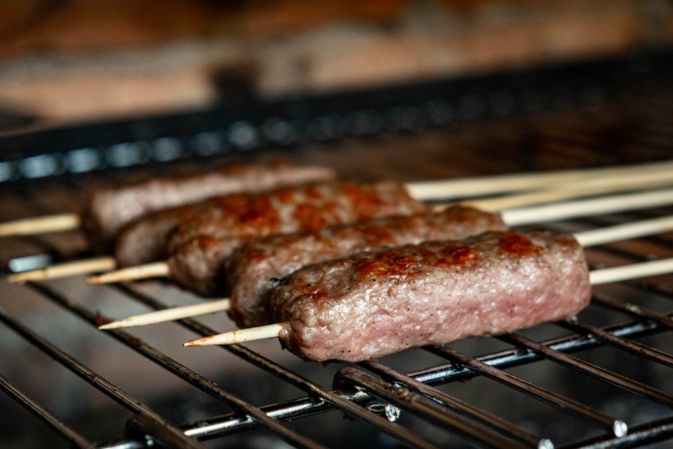 Mala kuhna, čevapčiči, jagnječji čevapčiči, flatbread kruhek, Tzatziki omaka, čevapčič, sestavine, Domačija Hvalc, Andrej Vindiš,