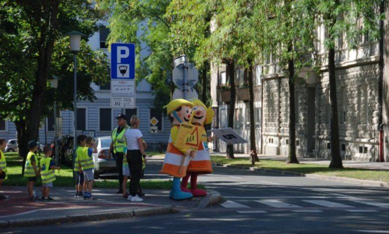 šolarji, starši, prvi šolski dan, varnost na cesti, začetek šole, otroci, vozniki, na šolski poti, policisti, AVP