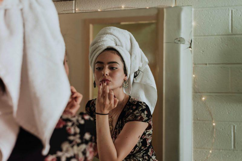 Akne, maske, zaščitne maske, nošenje zaščitne maske, zaščitna maska, acne mechanica, Michelle Henry, bakterije, COVID-19, dvojno čiščenje