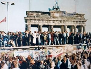 Menschenmengen auf der Berliner Mauer