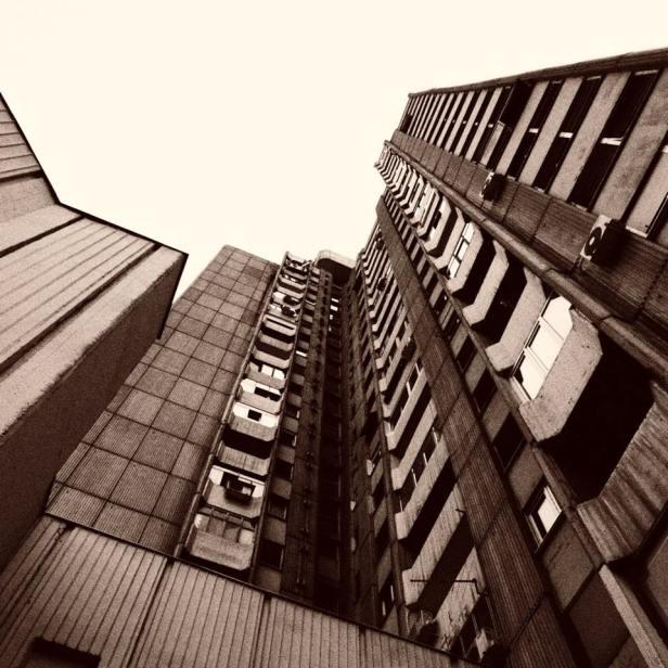 nikola-cvetković-niš-foto-zgrada-crkva-detalj-zastave-krst-kuća-ćele-kula-modern-art-prozor-dvorište-zgrade