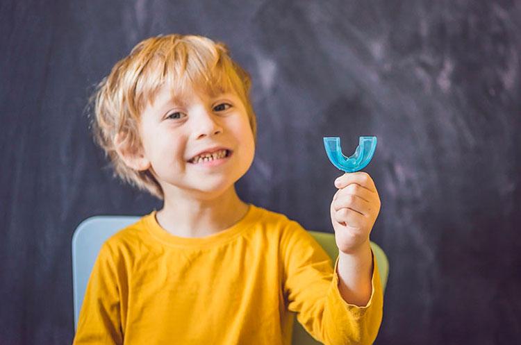 Bruxismo nei bambini: cause, sintomi, rimedi