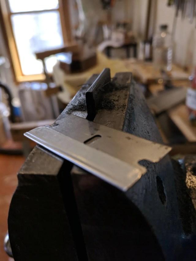 Luthier's razor blade scraper