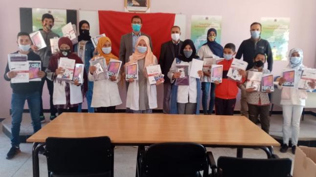 توزيع لوحات الكترونية على تلاميذ ثانوية الأطلس الإعدادية بسيدي بنور