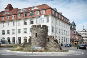 Türmchen im Kreisverkehr Bergneustadt. Zahnarztpraxis Dr. Karl-Uwe Jülich, Talstraße 10, Bergneustadt. Foto Dietrich Hackenberg