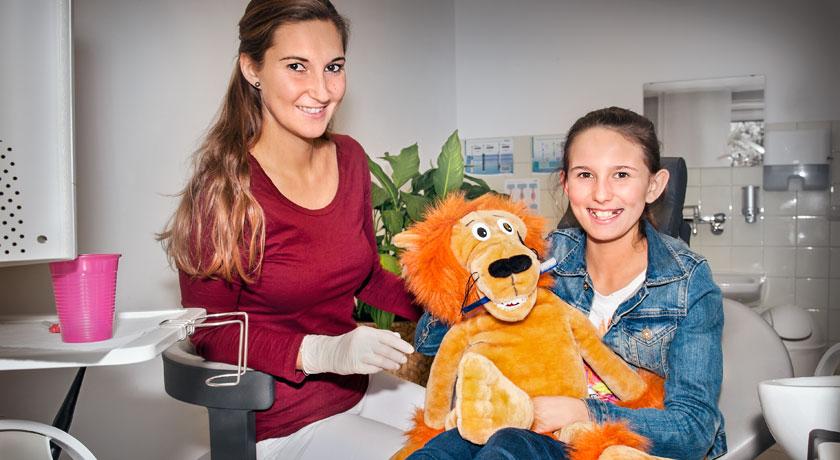 Prohylaxe Kind in der Zahnarztpraxis Dr. Litsch-Scholz Ottobrunn. Foto Oksana Schubert