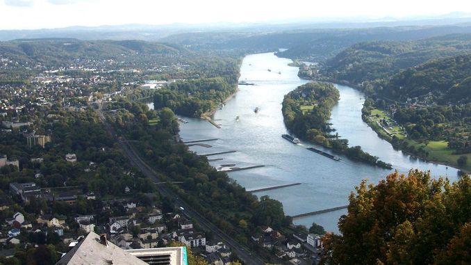 Vista del Drachenfels hasta el Rin y la isla Nonnenwerth, Siebengebirge