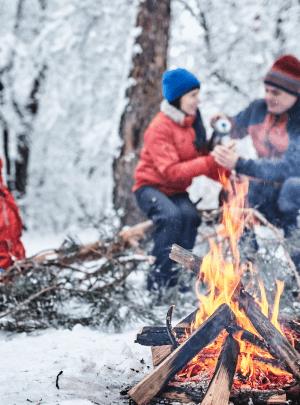 outdoor cooking in de winter in de sneeuw, Noorwegen