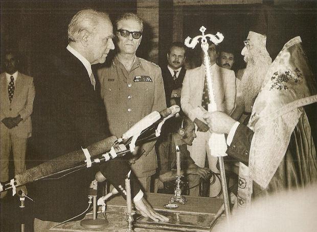 Ο Κωνσταντίνος Καραμανλής ορκίστηκε πρωθυπουργός στις 4 π.μ. στις 24 Ιουλίου 1974.
