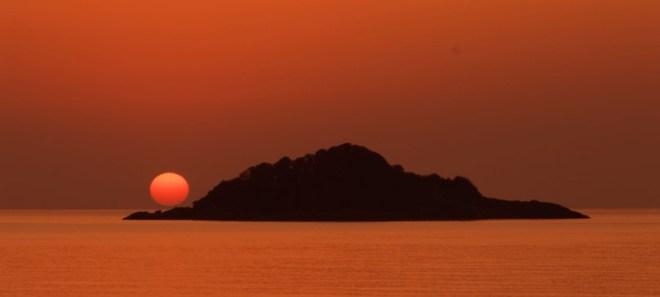 Η «άσβεστη κανδήλα» της Αρητιάδας με φόντο  ένα «ματωμένο» Ποντιακό ηλιοβασίλεμα