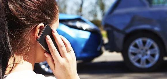 dama en el teléfono accidente de automóvil tratamiento quiropráctico el paso tx