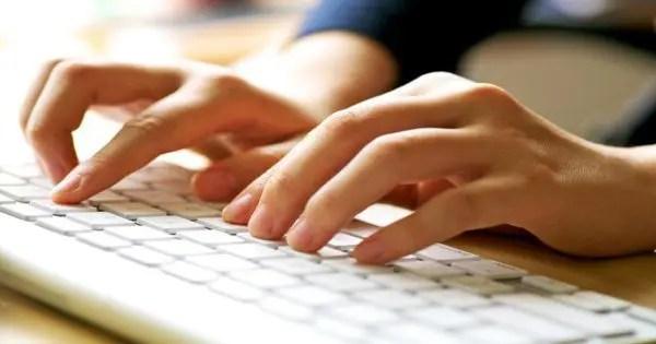 imagem de blog de par de mãos em um teclado de computador