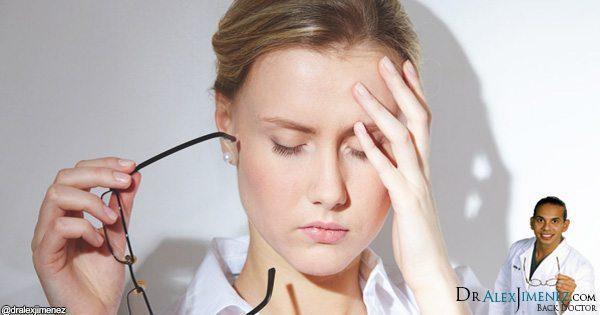 Foto do blog da cabeça tocante da senhora com dor de cabeça