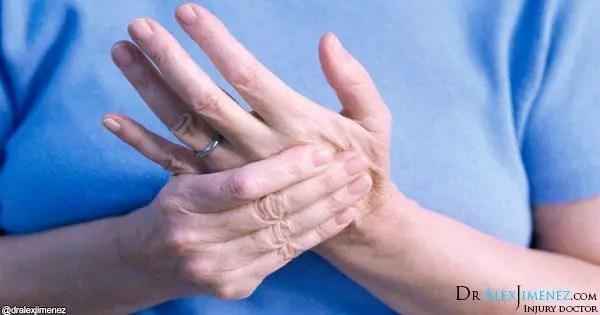 блондинка фотография женщины, держащей руку в боли
