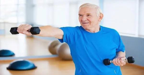 blog de imágenes del hombre mayor que se resuelve con los pesos ligeros