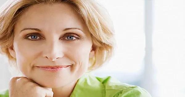 блондинка фотография женщины, улыбаясь кулаком под ее подбородком
