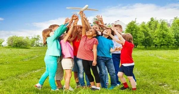 blog de imágenes de los niños fuera jugando con un avión de juguete