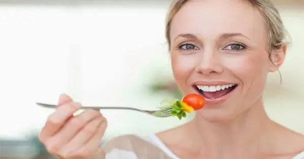 изображение блога леди, поедая помидоры и другие овощи