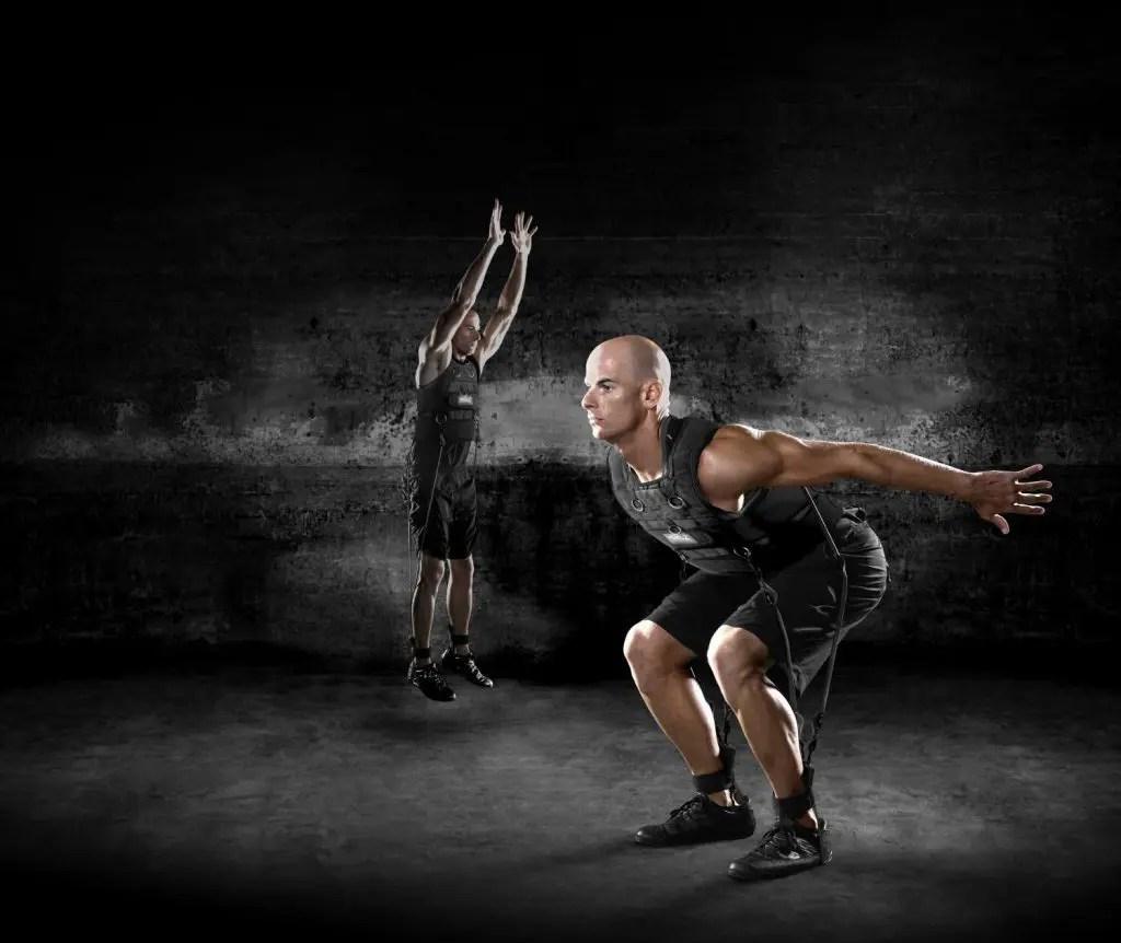 foto del blog di due atleti che fanno i salti con una maglia legata a loro con le fascine collegate alle gambe