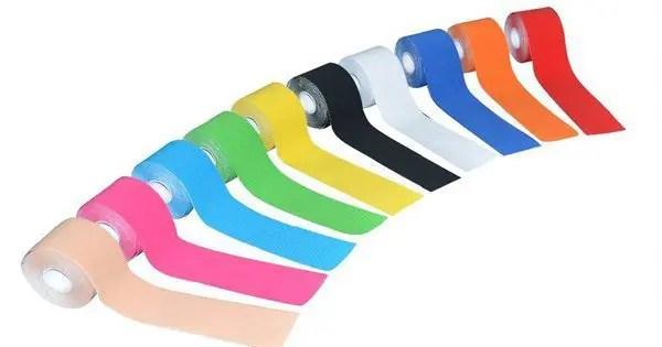 blog de imágenes de varios rodillos de colores de todos kinesiotape se alineó con las tiras parcialmente fuera