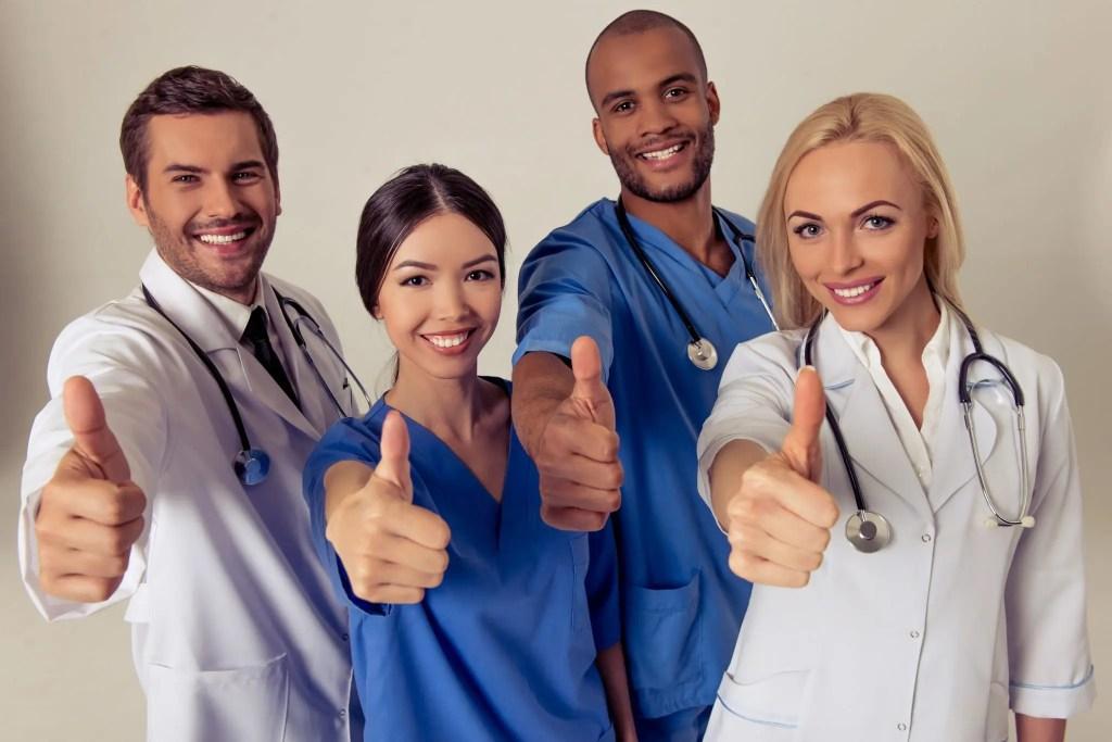 blogların fotoğrafları, başparmaklarıyla gülümseyen doktorların resmi