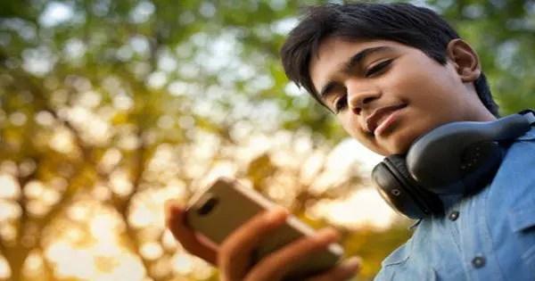 blog de imágenes de adolescente mirando hacia abajo a los mensajes de texto de teléfono