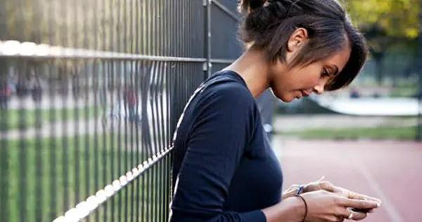 blog de imágenes de los mensajes de texto adolescente apoyado contra una valla