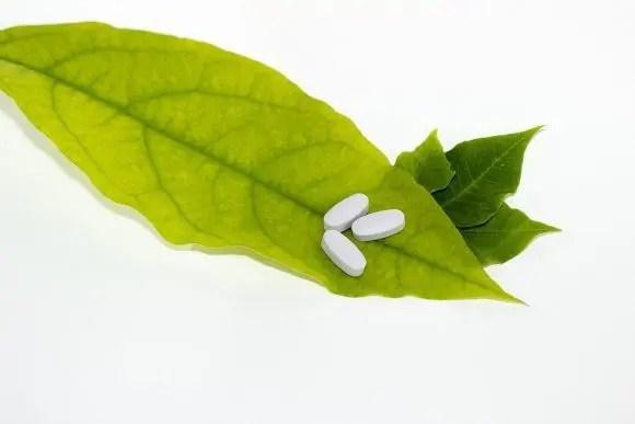 фотография блога аптечного листа и таблеток сверху