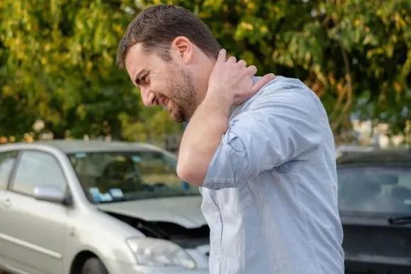 blog de imágenes del hombre en accidente de coche con síntomas de latigazo cervical