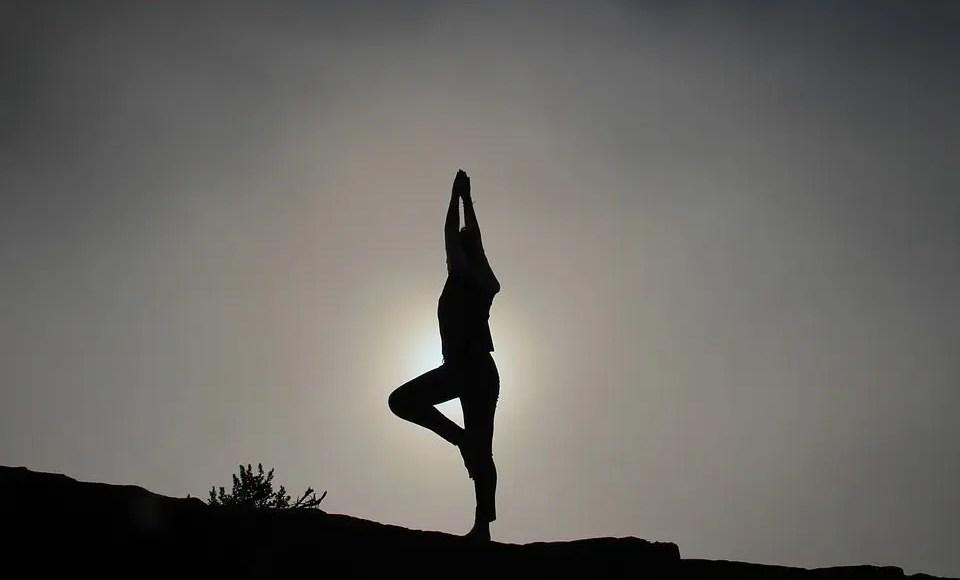 pose de yoga silueta de pie