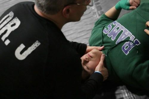 Д-р Хименес работает на шее шеи борца