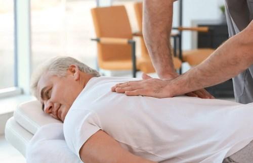 Immagine di un uomo anziano che riceve una terapia di massaggio per migliorare la propria emicrania Chiropratico di El Paso, TX