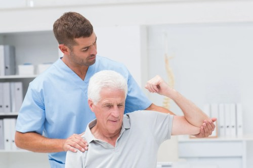 Immagine di un uomo anziano che riceve terapia fisica per l'emicrania | Chiropratico di El Paso, TX