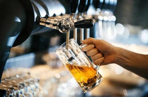 um-litro-de-cerveja-sendo-derramado-que-pode-causar-inchaço